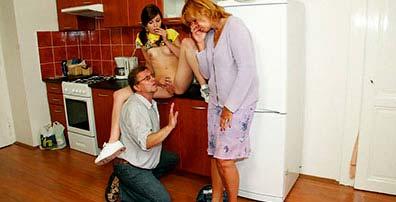 M�e surpreende o pai chupando a buceta da pr�pria filha! Mas apesar de brava, a velha safada entra na farra!